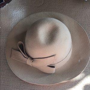 Jessica Simpson tan hat